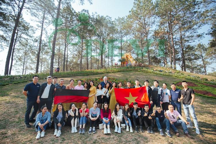 Chụp ảnh kỷ niệm tại rừng thông bản áng